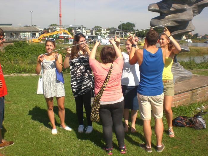 Kooperative Aufgabe an der Welle am Rheinufer
